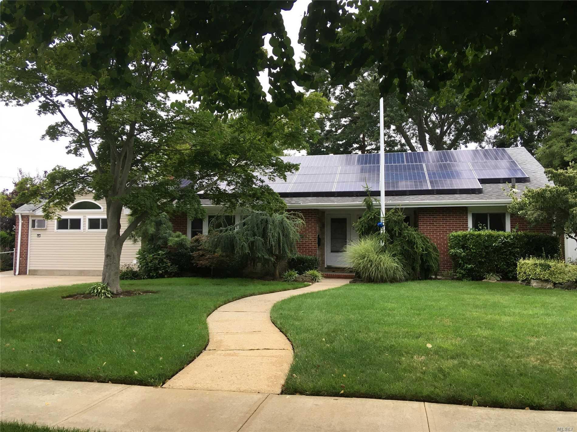 Photo of home for sale at 105 Unqua Rd, Massapequa NY