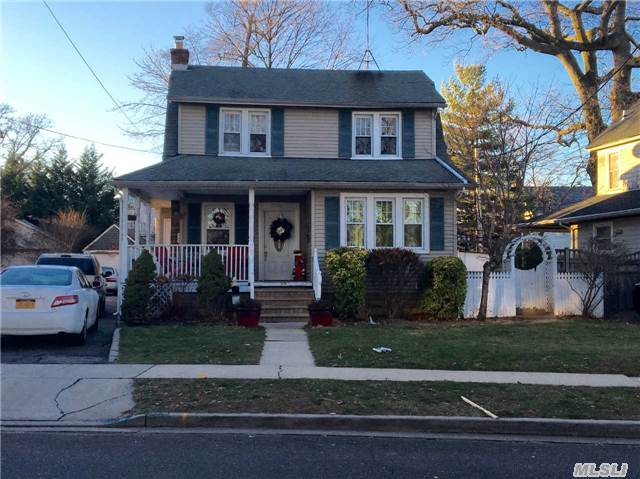 Photo of home for sale at 2270 Rockwood Ave, Baldwin NY