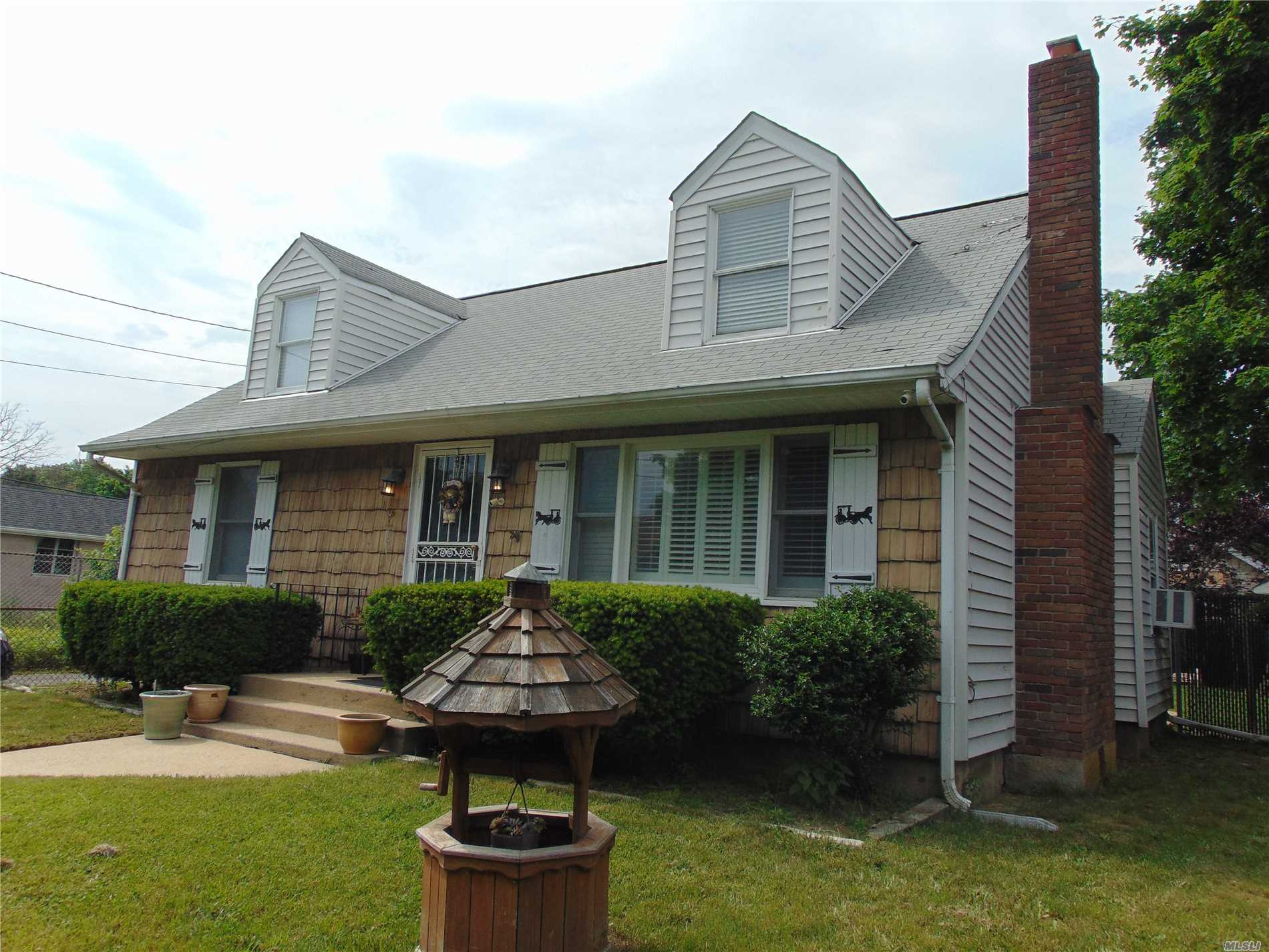 Photo of home for sale at 205 Smith St, Central Islip NY