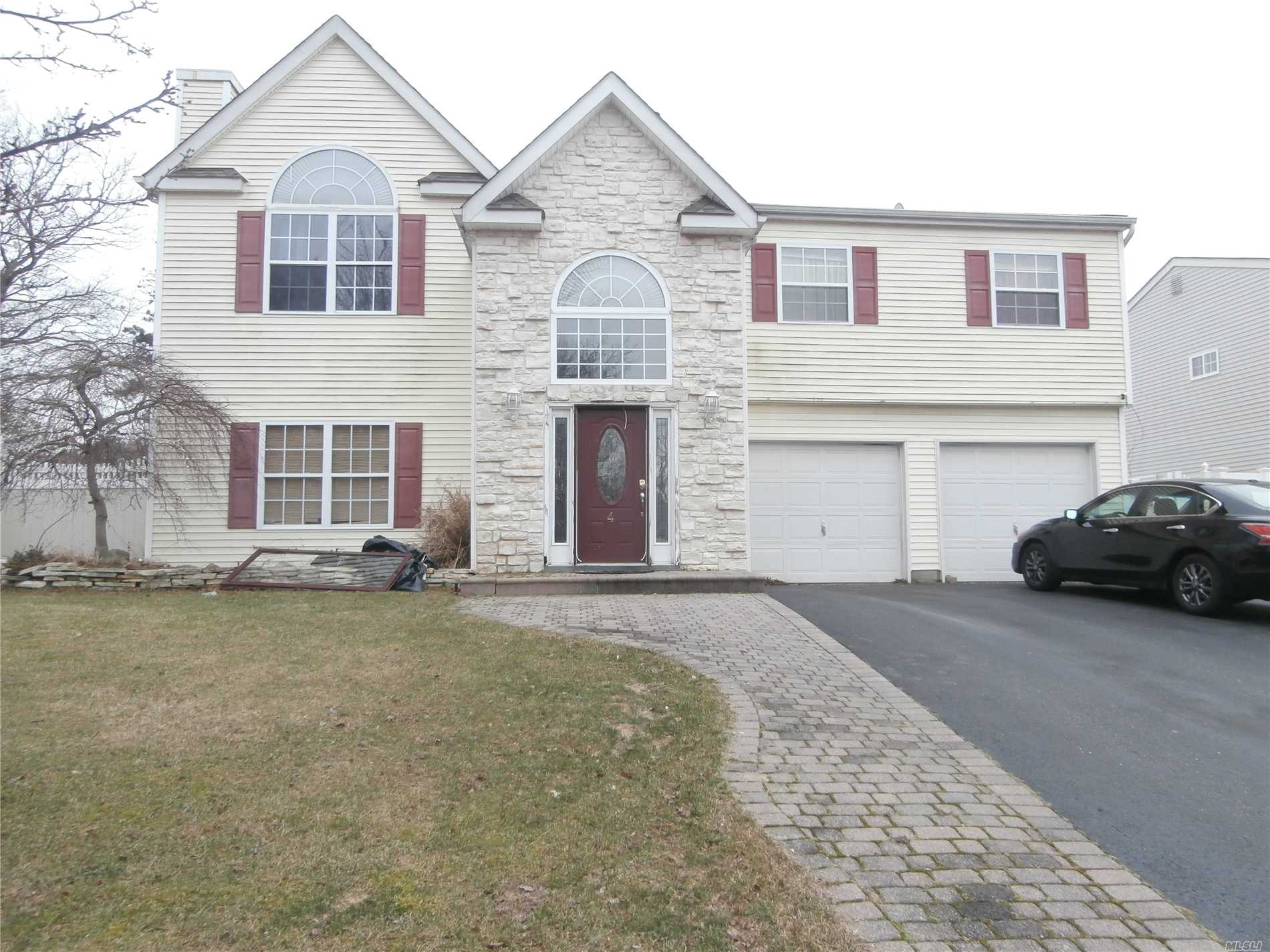 Photo of home for sale at 4 Trail Blazer Ct, Holbrook NY