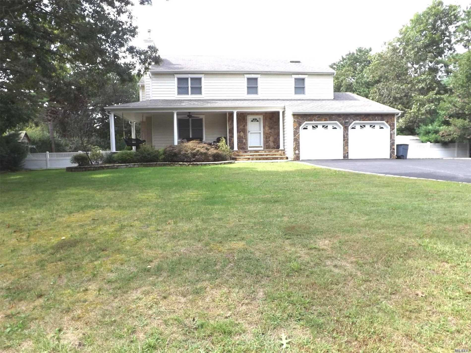 Photo of home for sale at 10 Evergreen Dr, Manorville NY