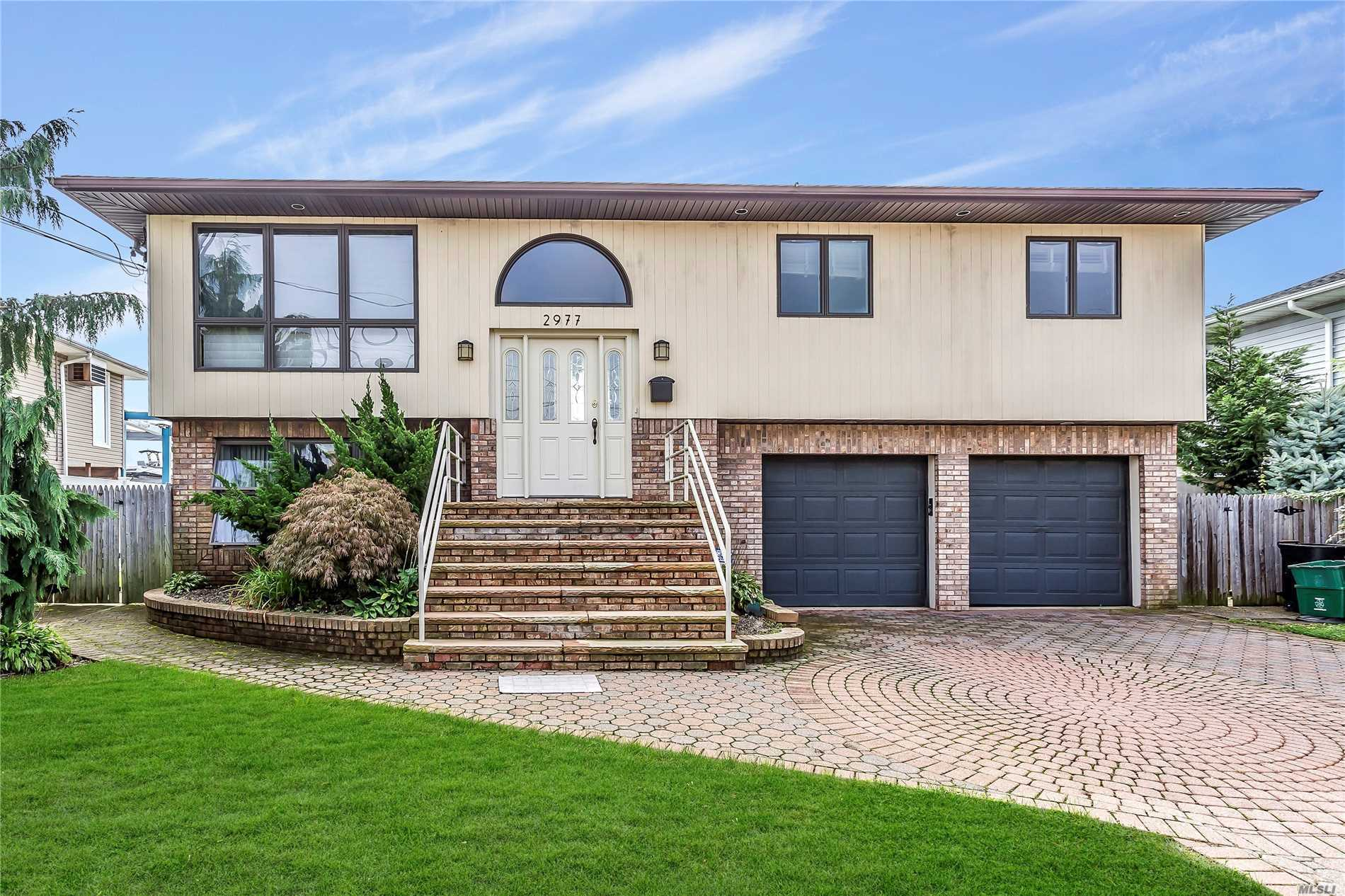 Photo of home for sale at 2977 Charlotte Dr, Merrick NY