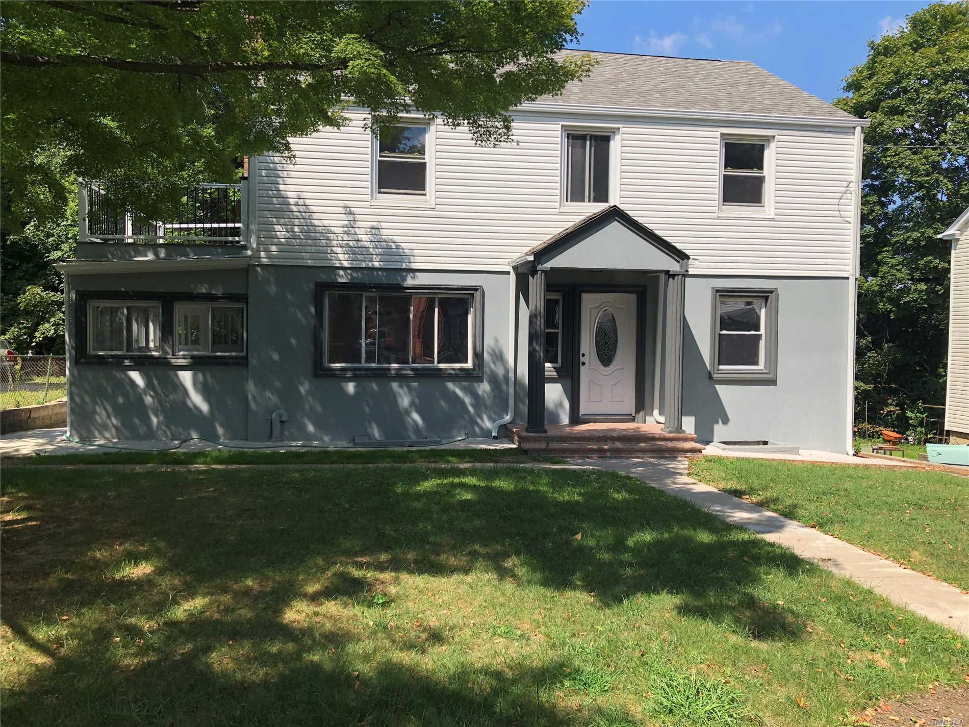 Photo of home for sale at 52 Manor Dr, Great Neck NY