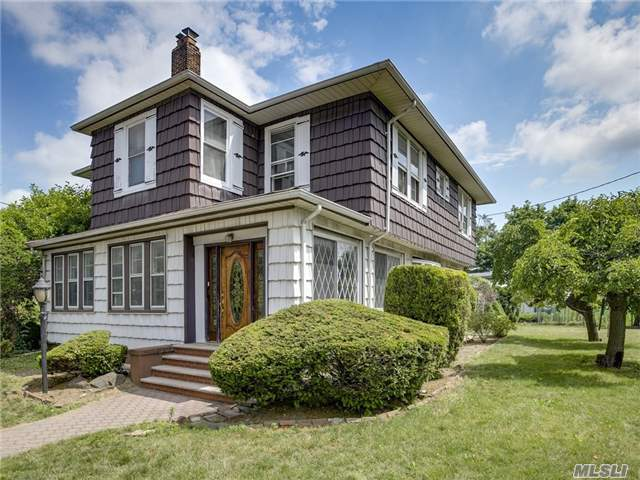 Photo of home for sale at 302 Eastwood Rd, Woodmere NY