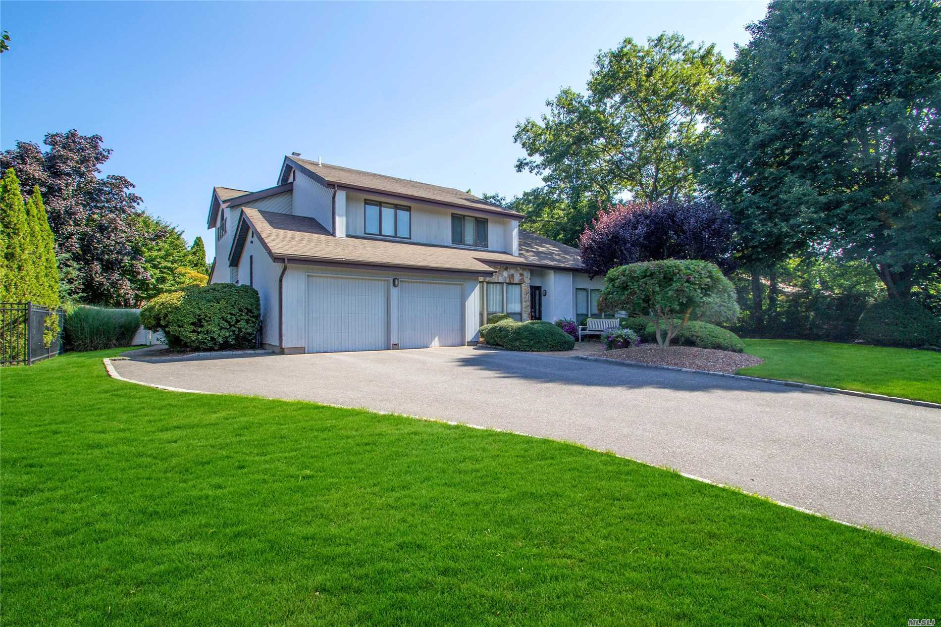 Photo of home for sale at 8 Barbera Rd, Commack NY