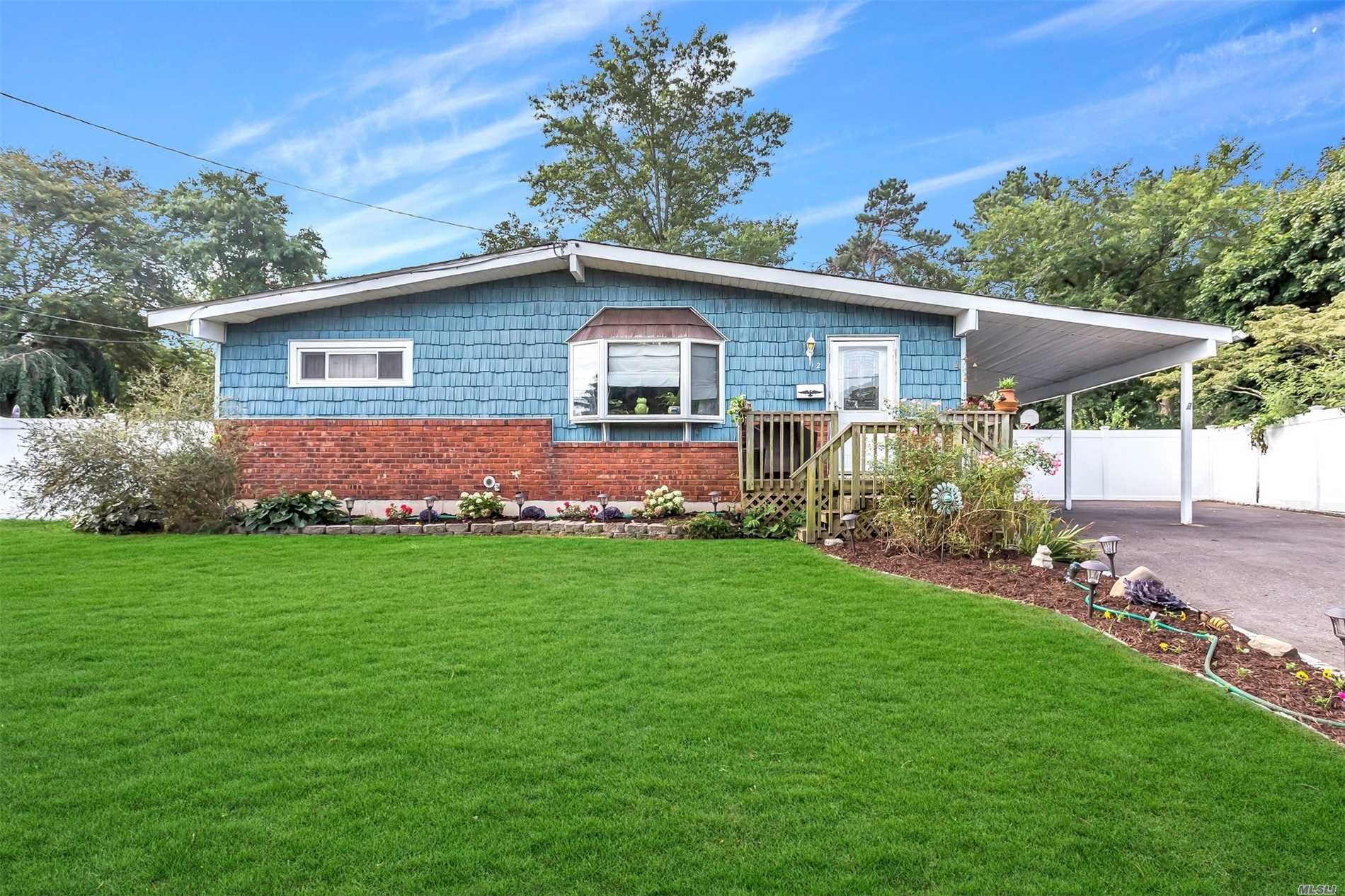 Photo of home for sale at 12 Dawn Cres, Central Islip NY