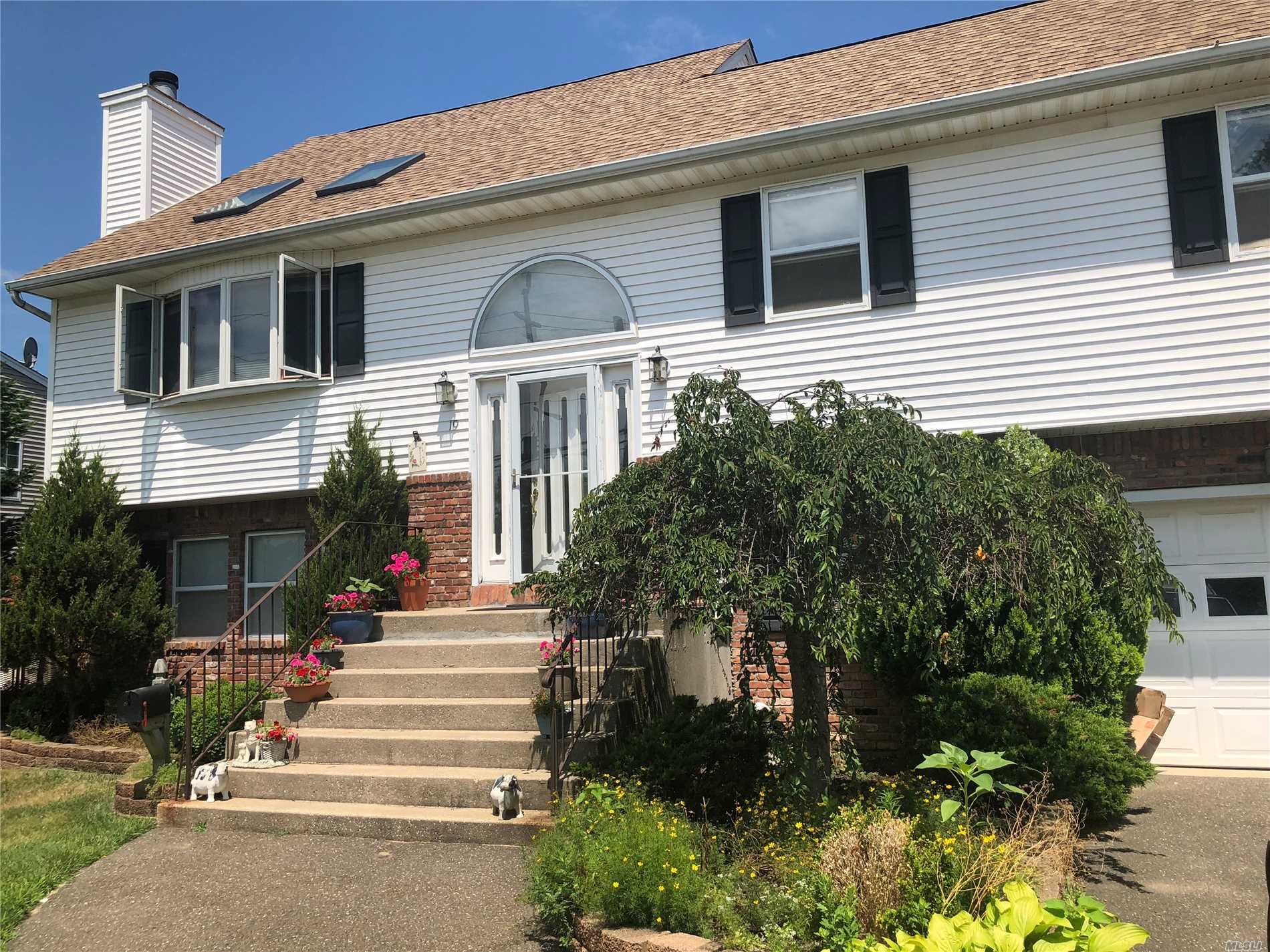 Photo of home for sale at 19 Jefferson St, East Islip NY