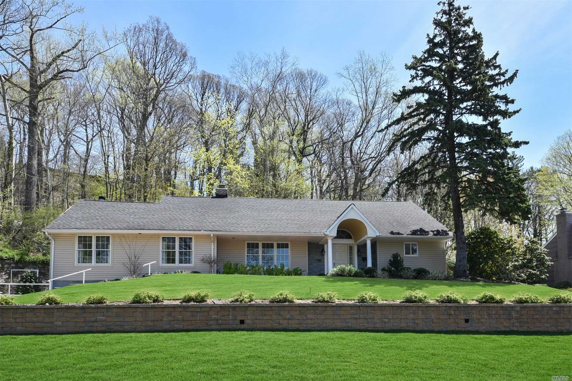 Photo of home for sale at 125 Mimosa Dr, East Hills NY
