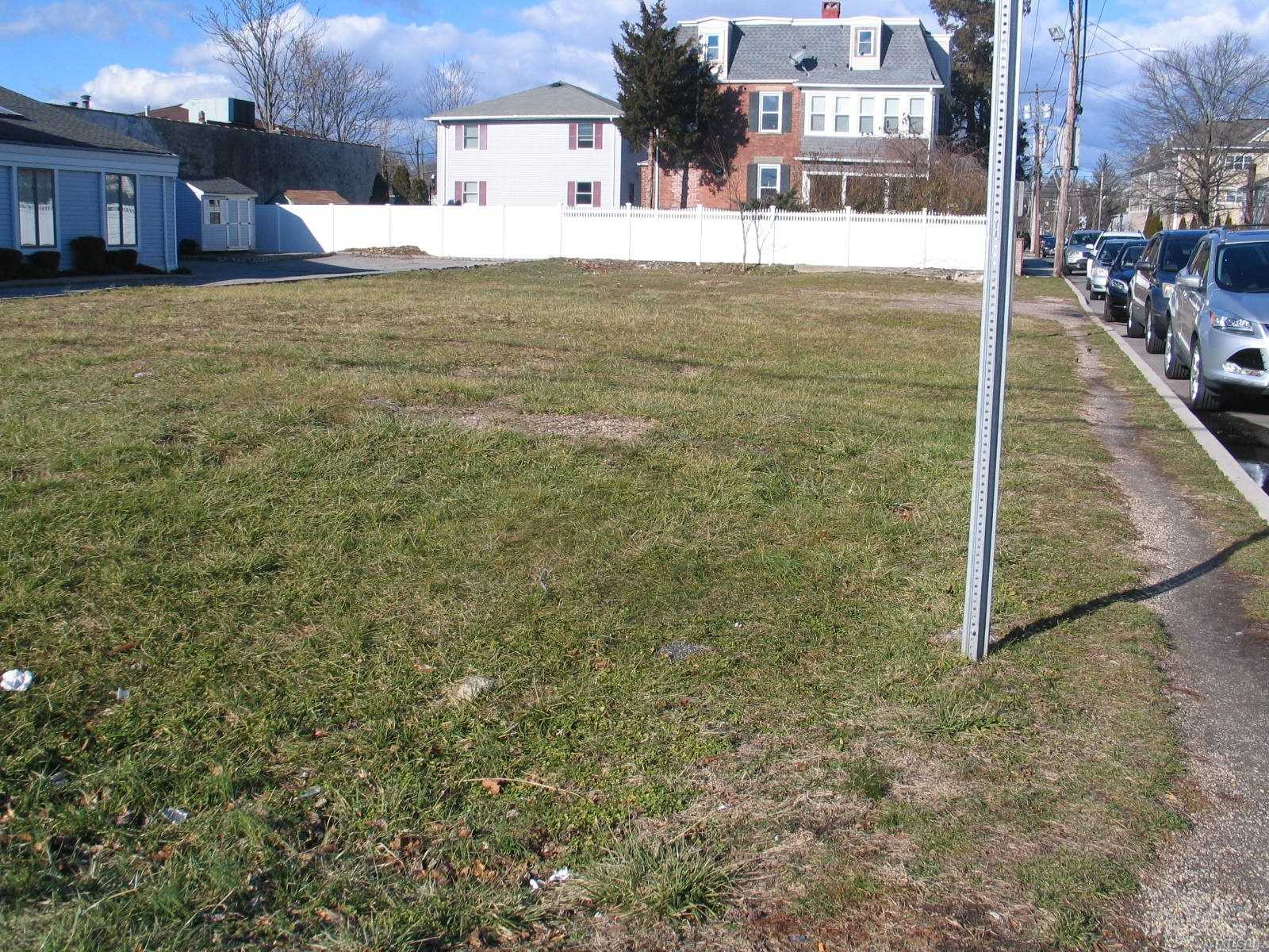 Photo of home for sale at 439 Conklin St, Farmingdale NY