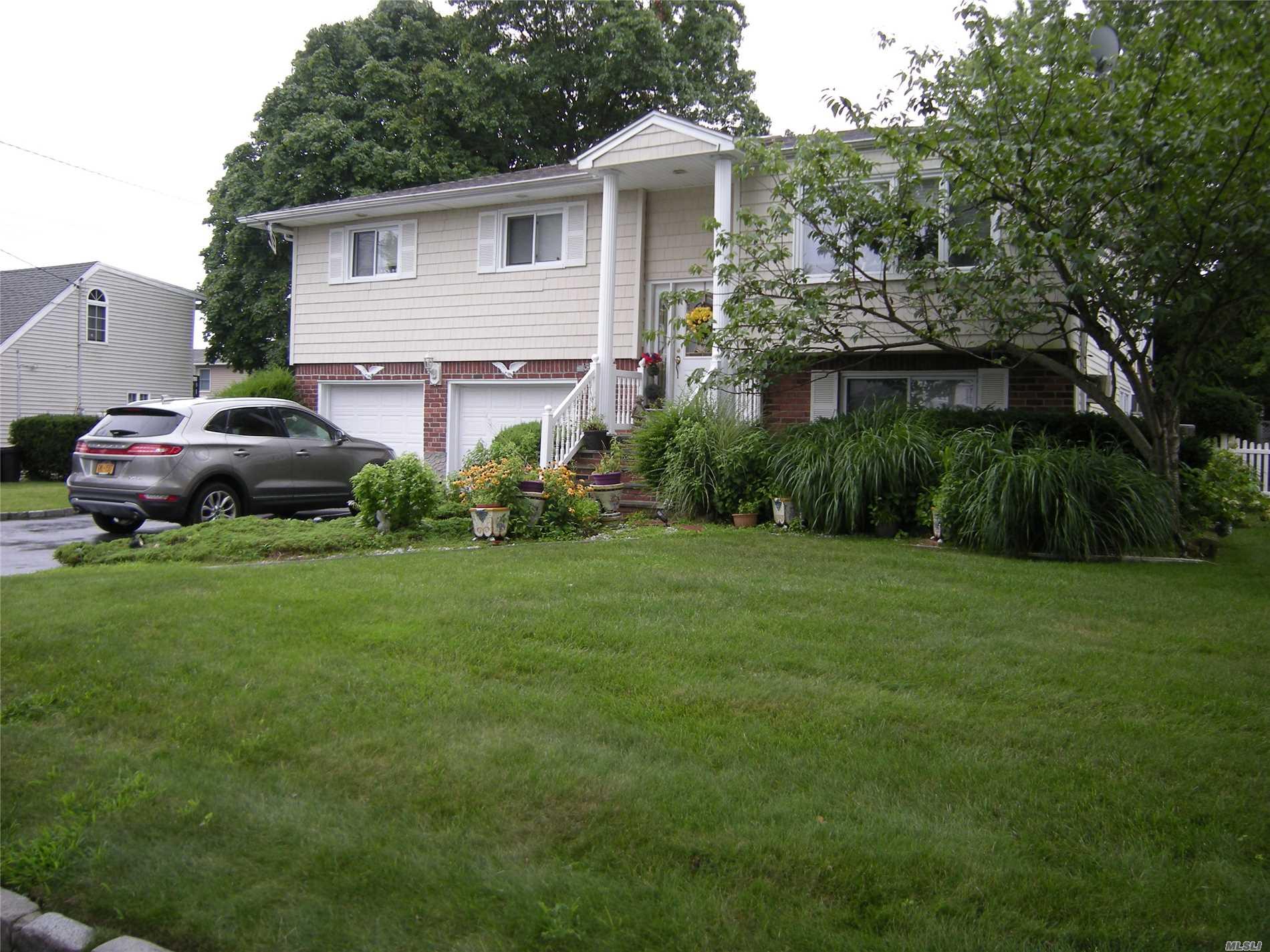 Photo of home for sale at 215 Biltmore Blvd, Massapequa NY