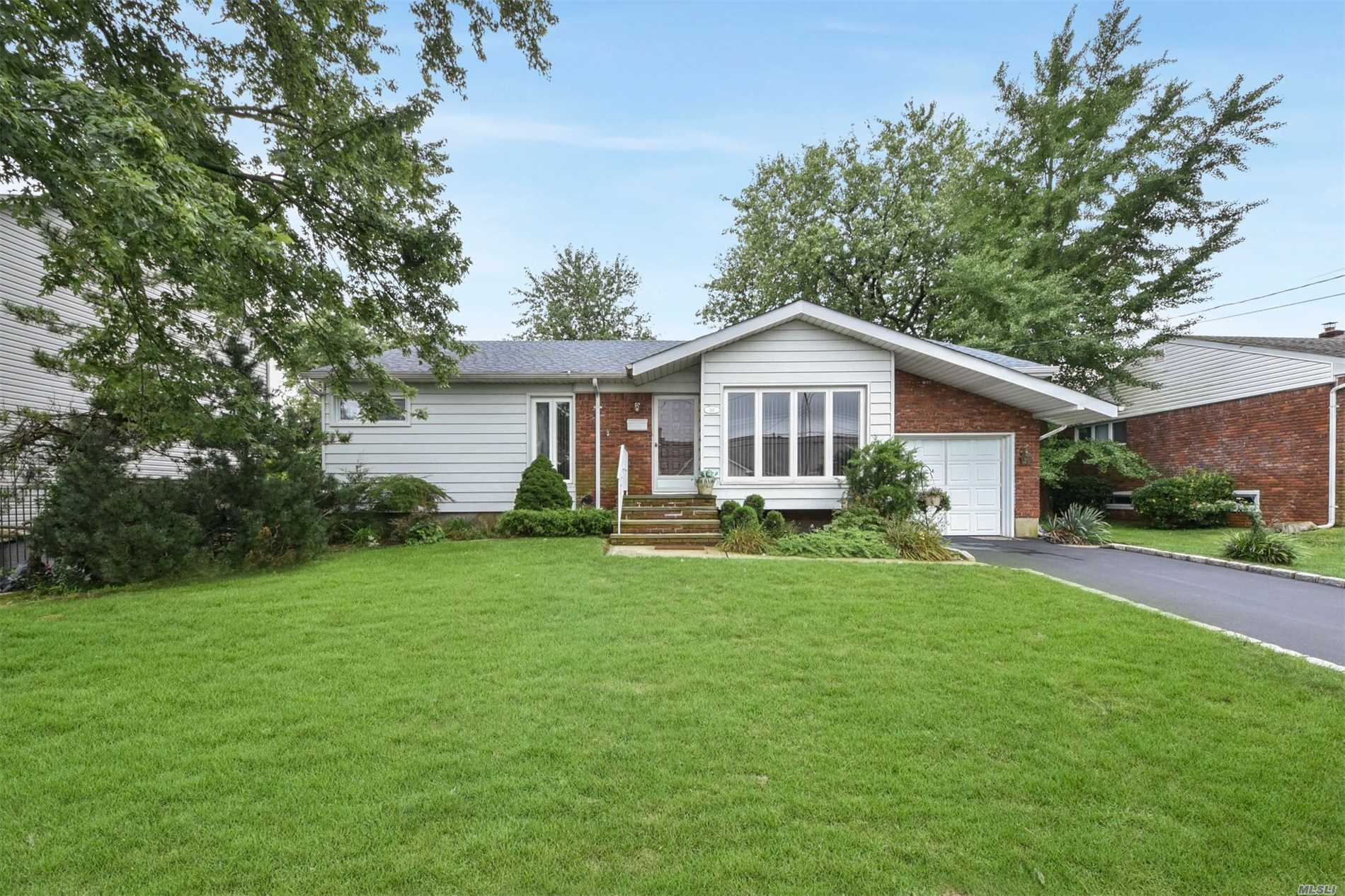 Photo of home for sale at 60 Jefferson Pl, Massapequa NY