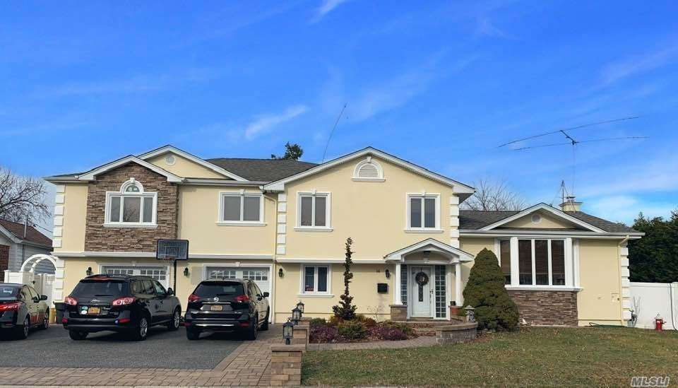 Photo of home for sale at 14 Chenango Dr, Jericho NY