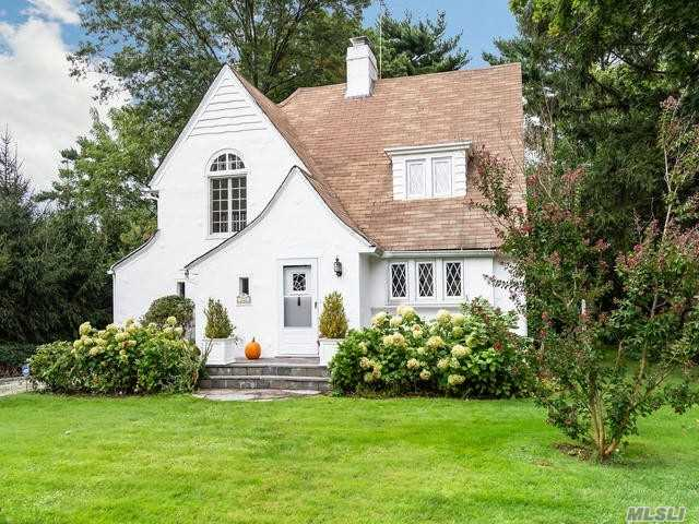 Photo of home for sale at 120 Plandome Court, Manhasset NY