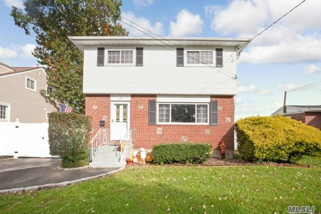Photo of home for sale at 127 Yoakum Ave, Farmingdale NY