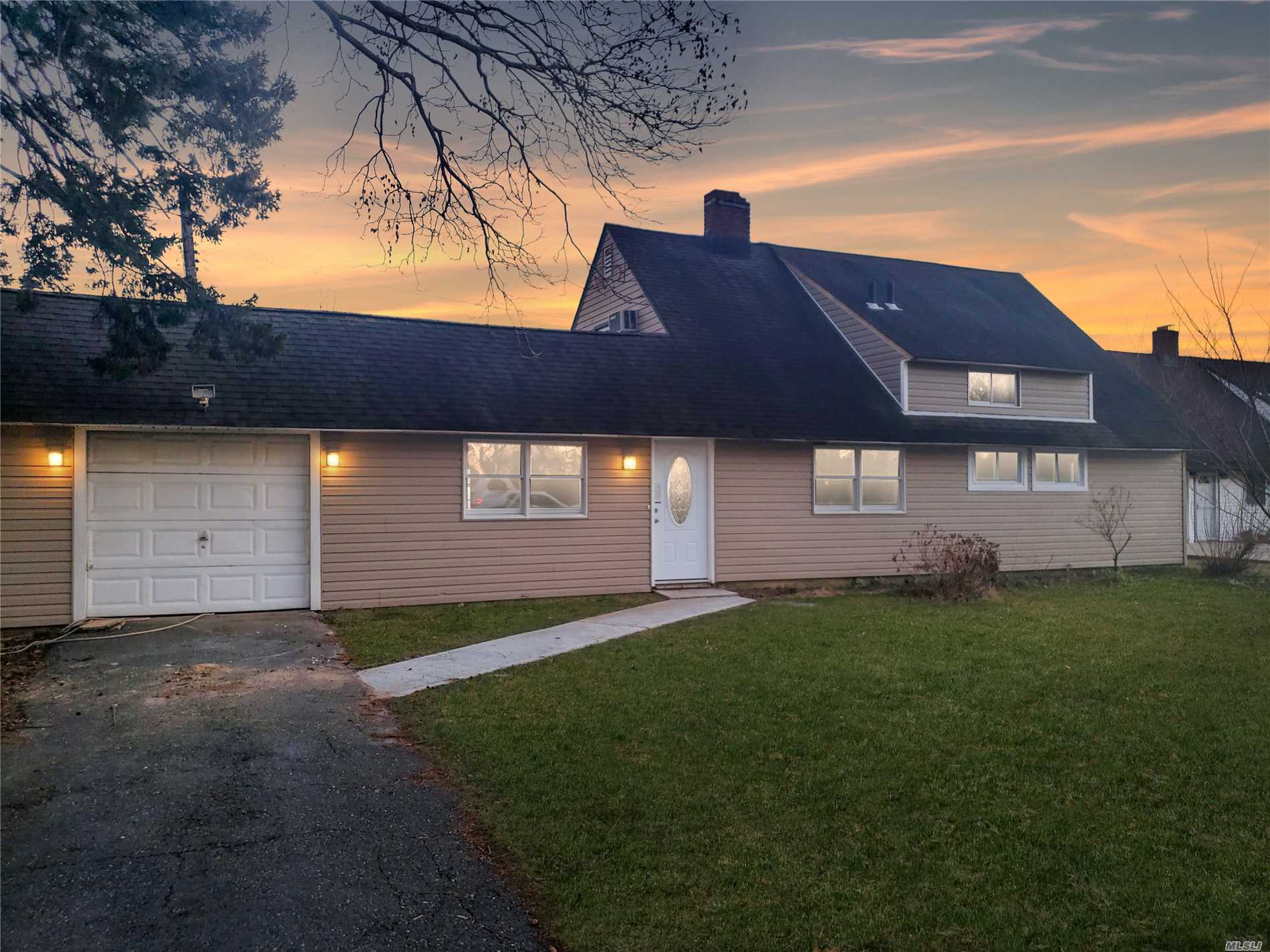 Photo of home for sale at 127 Duckpond Dr, Wantagh NY