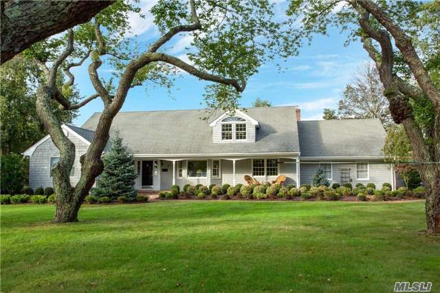 Photo of home for sale at 7 Great Cove Ln, Islip NY