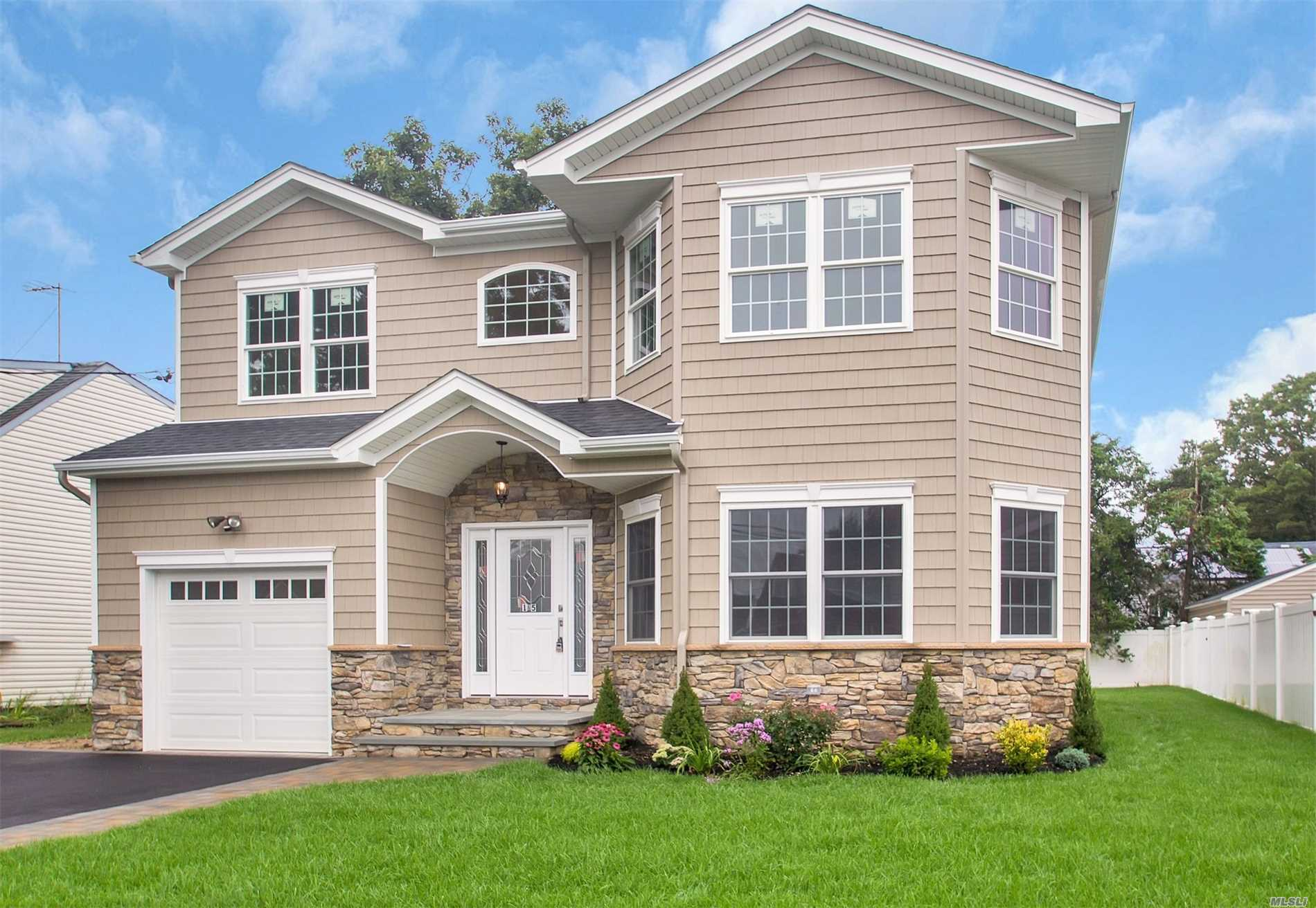 Photo of home for sale at 80 Connecticut Ave, Massapequa NY