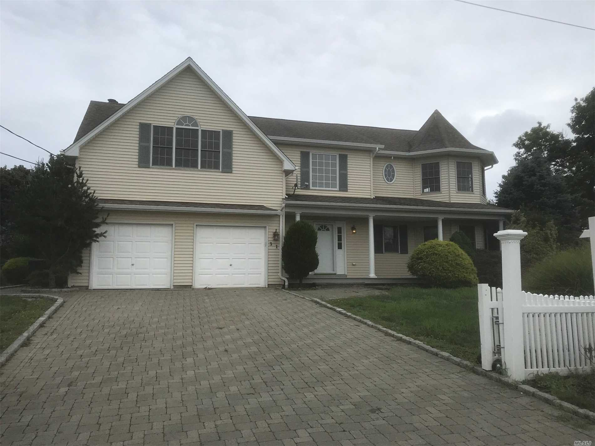 Photo of home for sale at 31 Wall St, East Patchogue NY