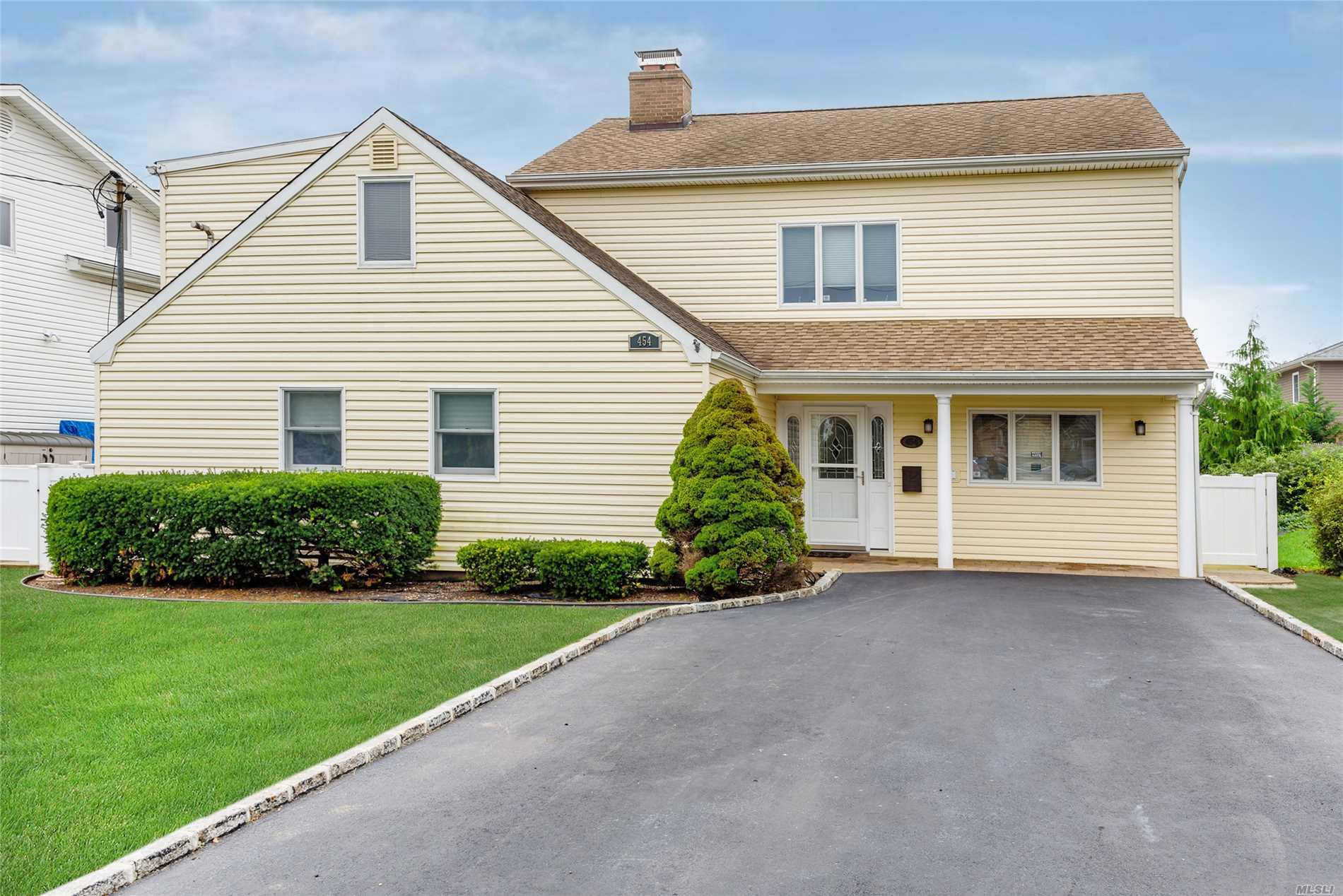 Photo of home for sale at 454 Frankel Blvd, Merrick NY