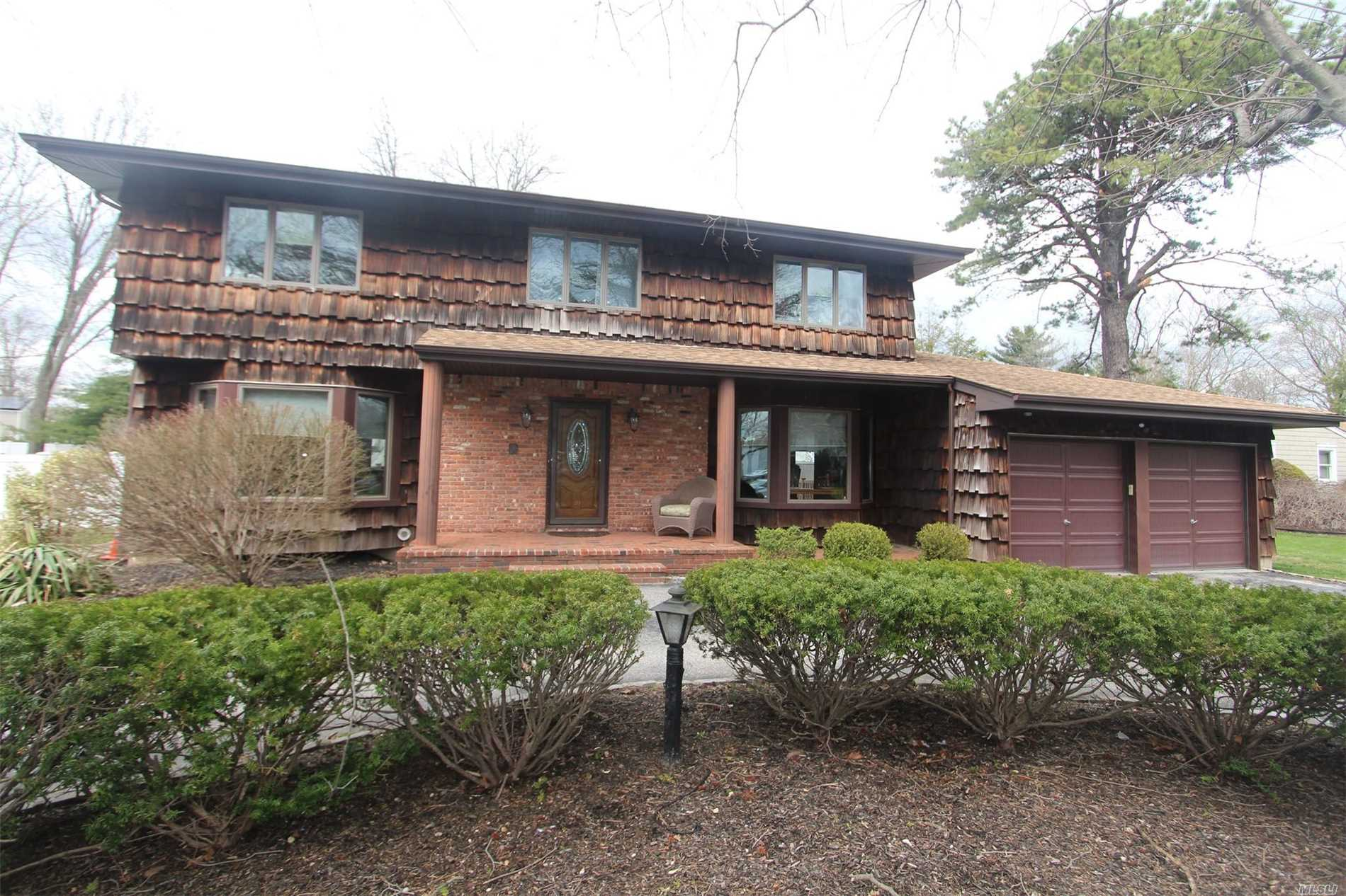 Photo of home for sale at 25 Bonaire Dr, Dix Hills NY