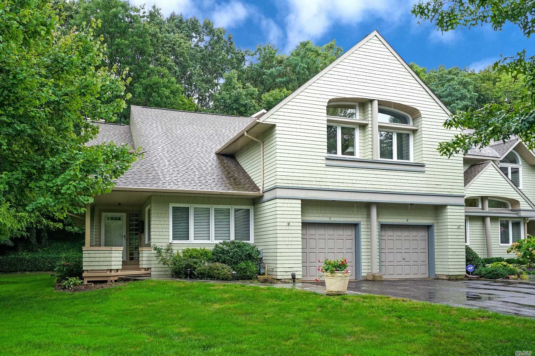 Photo of home for sale at 7 Insbrook Ct, Huntington NY