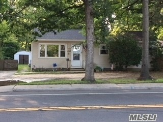 Photo of home for sale at 434 Islip Ave, Islip NY