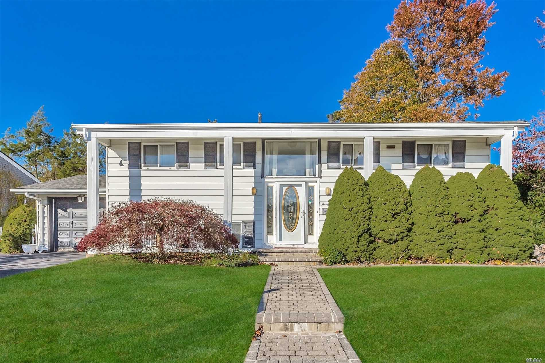 Photo of home for sale at 21 Eton Pl, Plainview NY