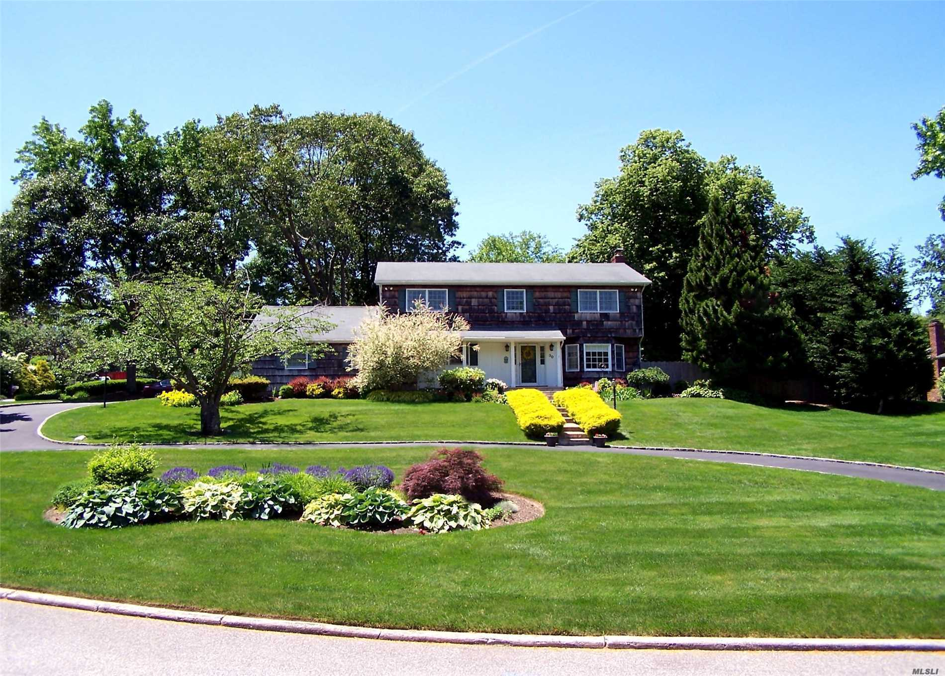 Photo of home for sale at 30 View Rd, Setauket NY