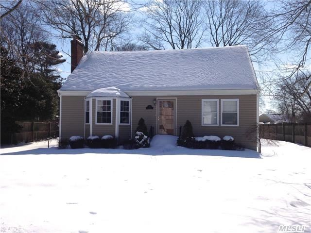 Photo of home for sale at 23 Bailey Dr, Massapequa NY