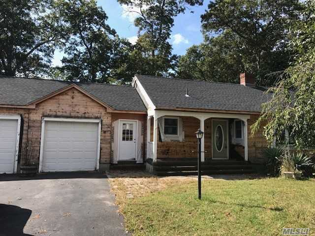Photo of home for sale at 809 Ostrander Ave, Riverhead NY