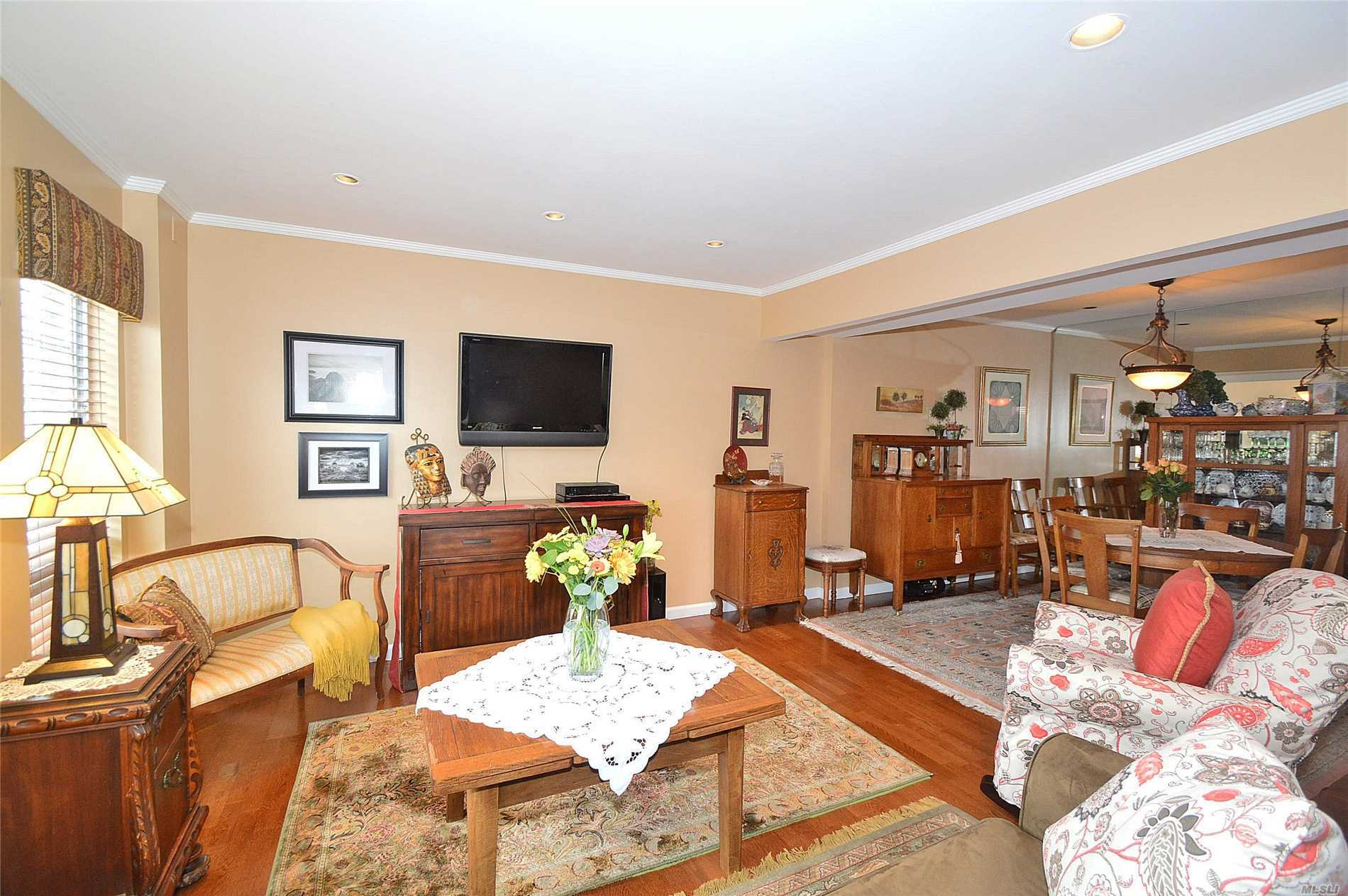 Property for sale at 115 Woodlake Dr, Woodbury,  NY 11797