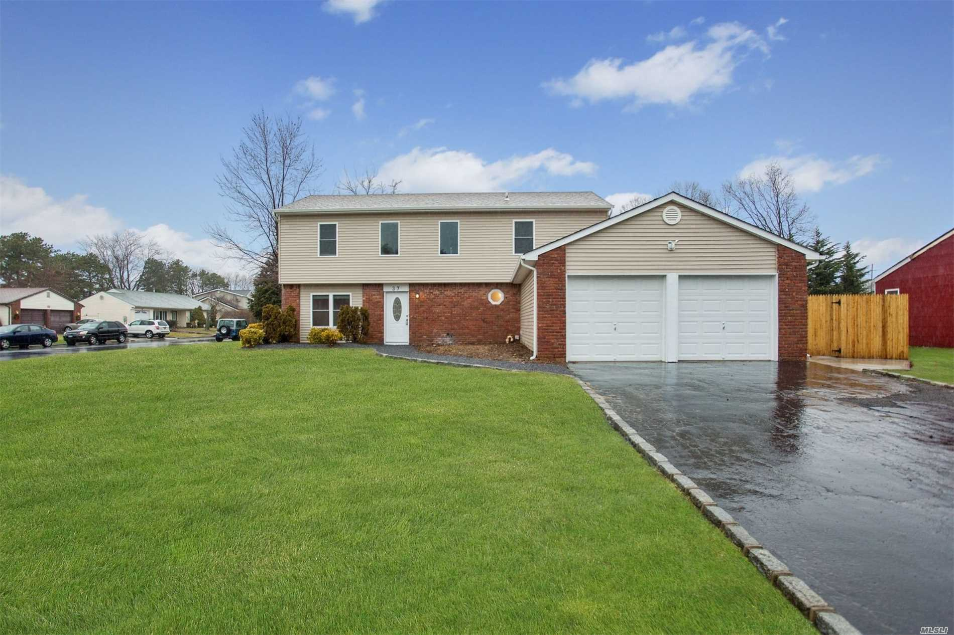 Photo of home for sale at 37 Sequoia Way, Holbrook NY