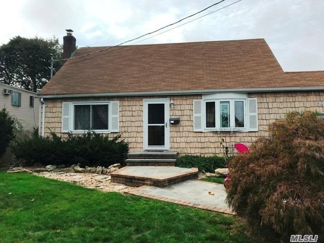 Photo of home for sale at 941 Park Ave N, Massapequa NY