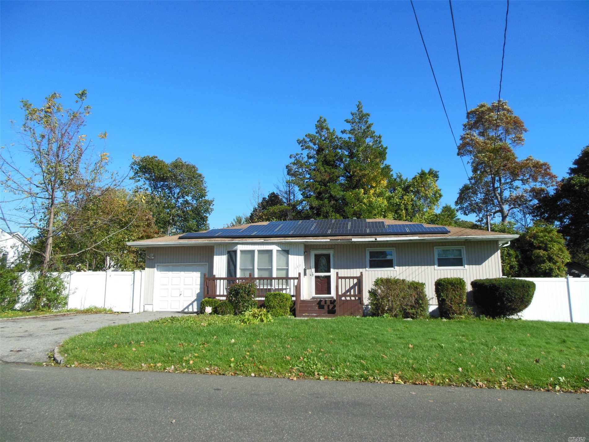Photo of home for sale at 137 18th St N, Wheatley Heights NY