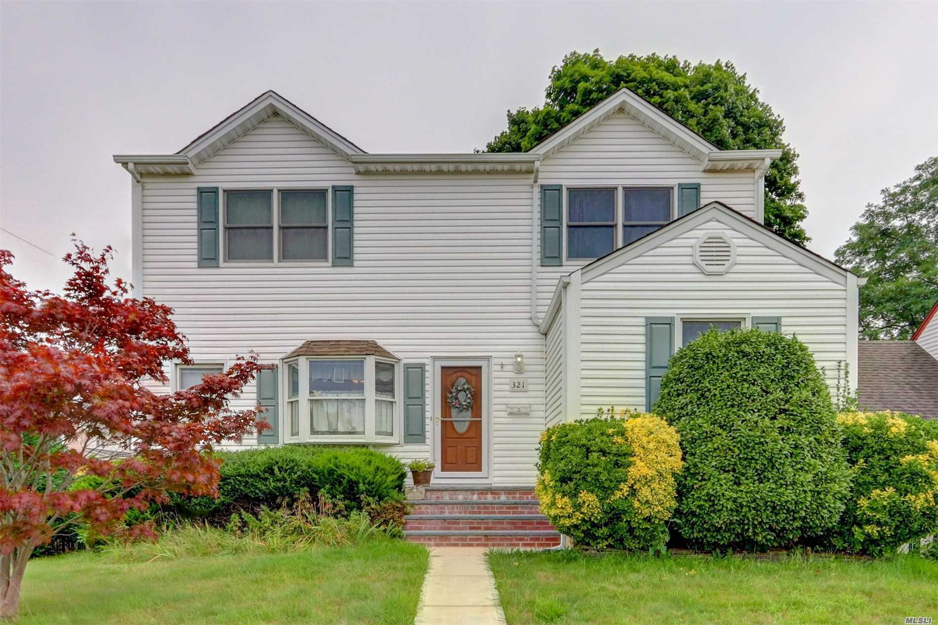 Photo of home for sale at 321 Forest Ave, Massapequa NY