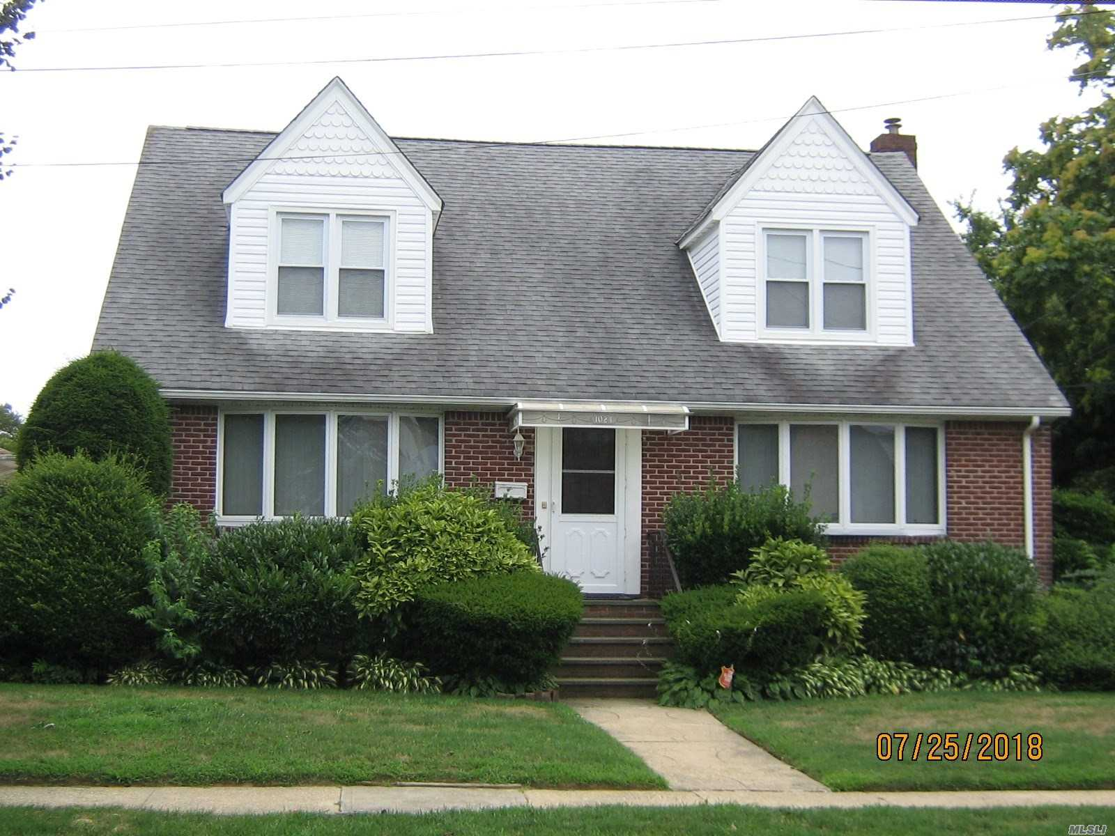 Photo of home for sale at 1024 Thomas Ave, Baldwin NY