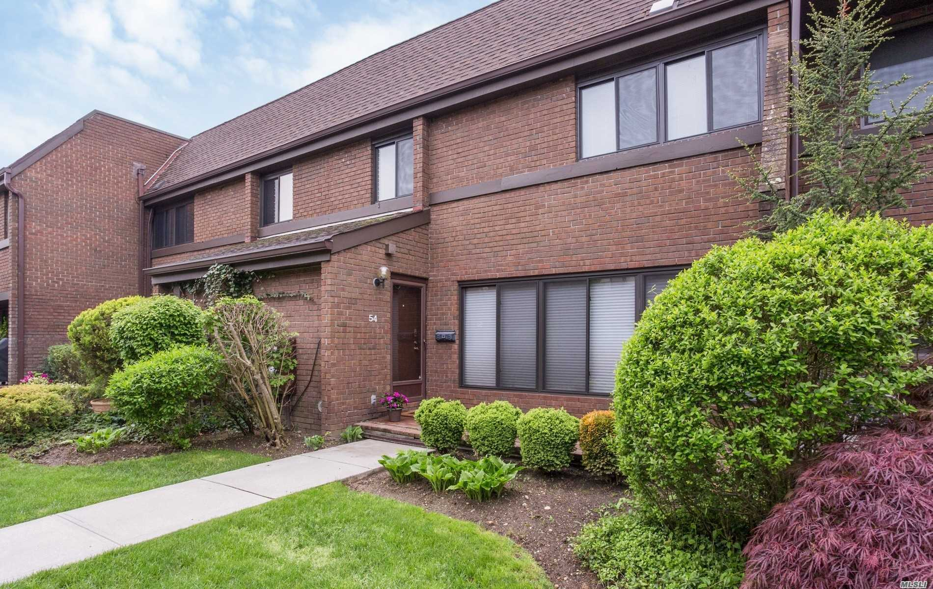Property for sale at 54 Chestnut Hill, Roslyn,  NY 11576