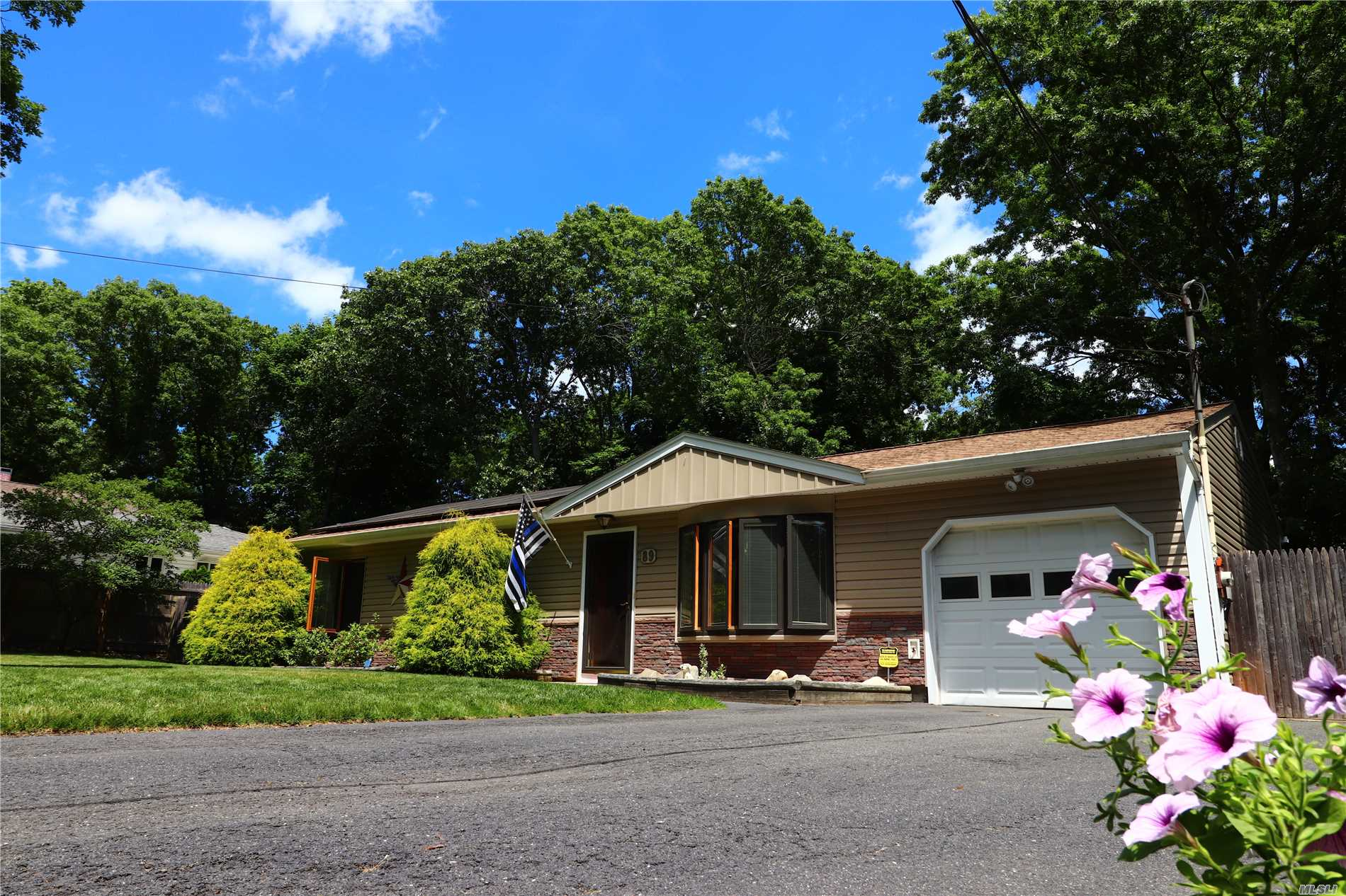 Photo of home for sale at 89 Wauwepex Trl, Ridge NY