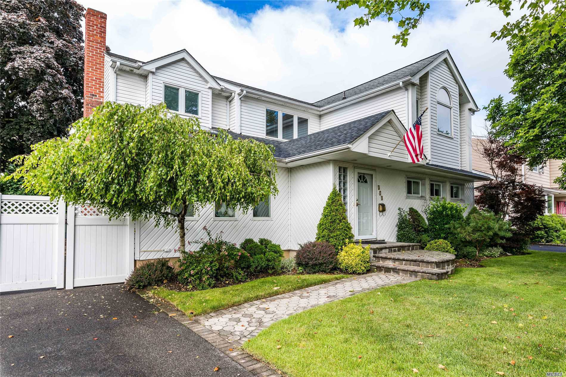 Photo of home for sale at 574 Chestnut Ln, East Meadow NY