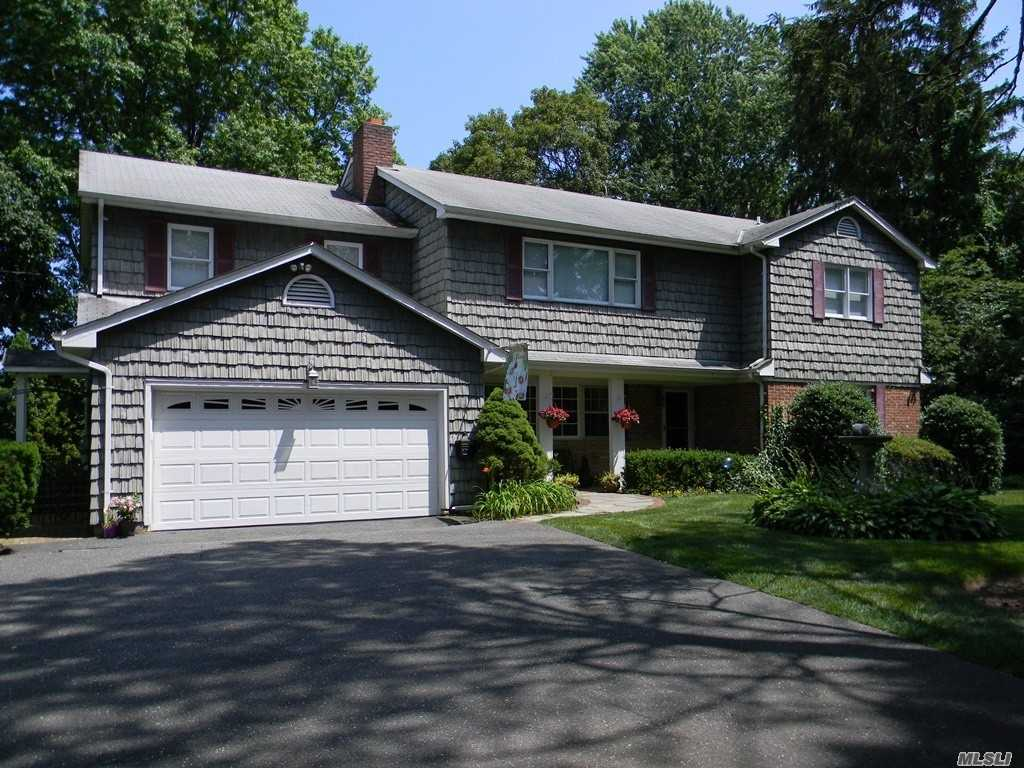 Photo of home for sale at 9 Benjamin Pl, Locust Valley NY