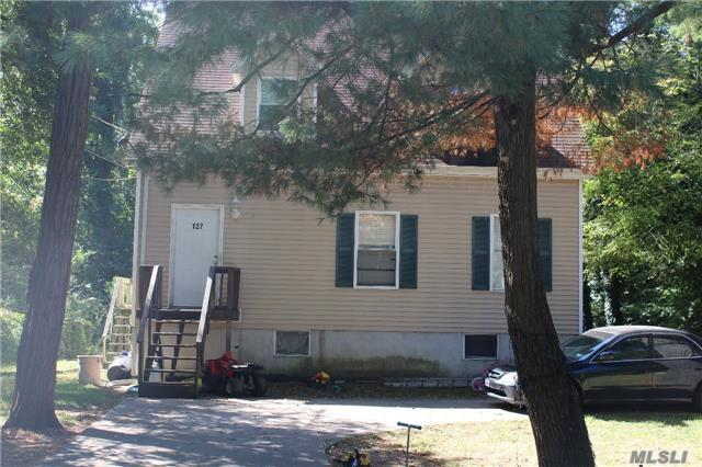 Photo of home for sale at 127 Allwood Ave, Central Islip NY