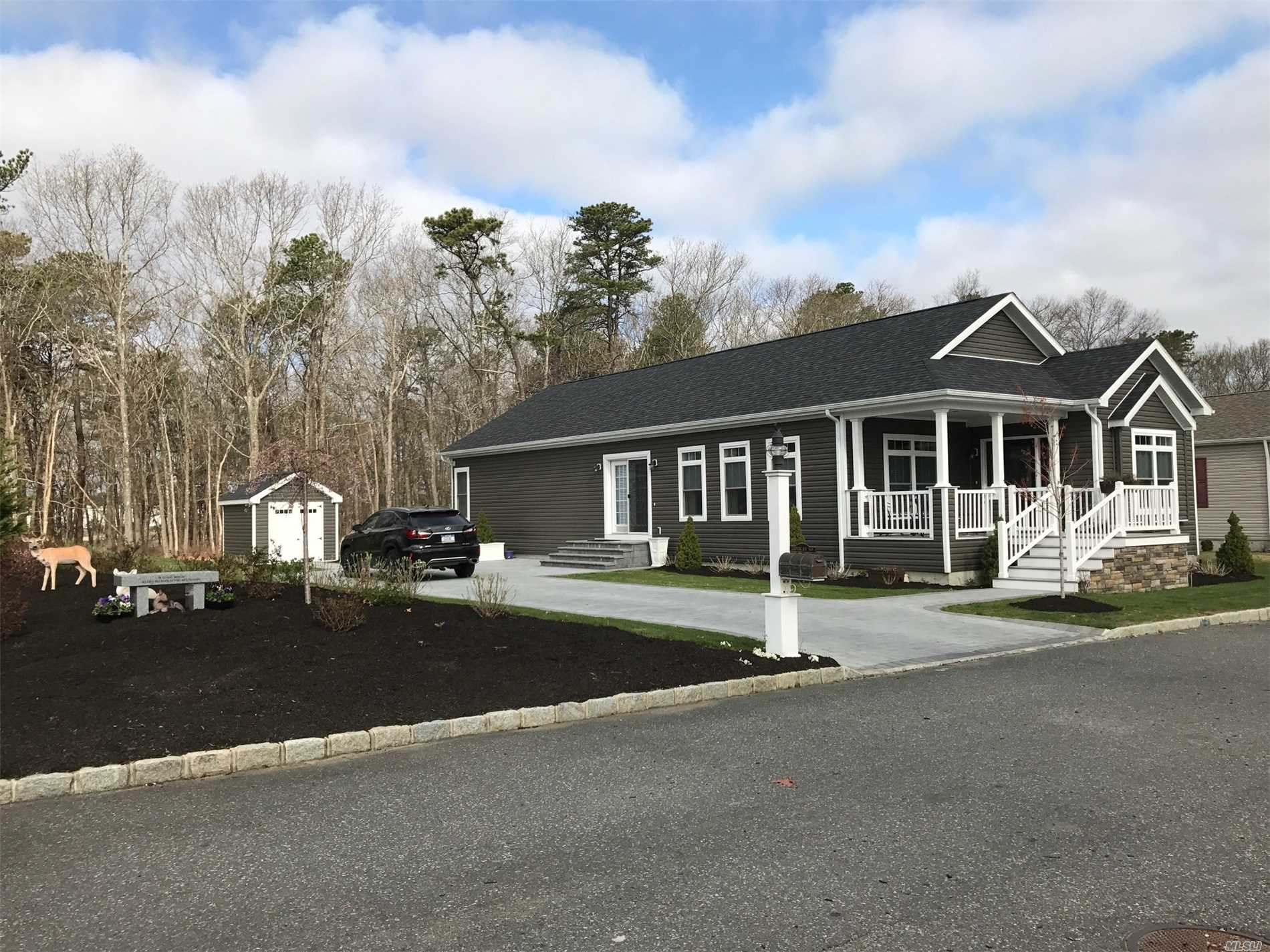 Photo of home for sale at 1661 Old Country Rd, Riverhead NY