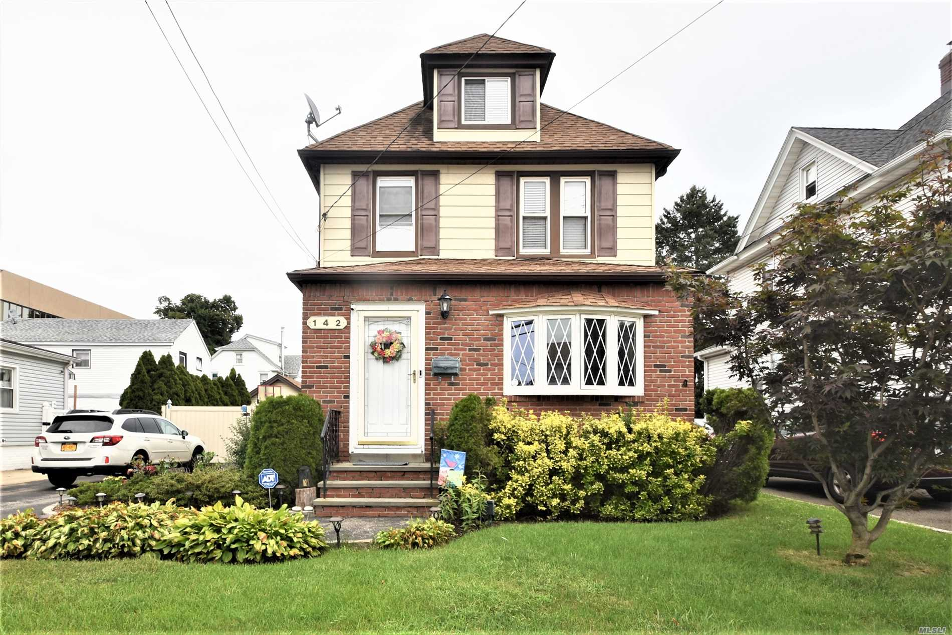 Photo of home for sale at 142 Woodlawn Ave, Valley Stream NY