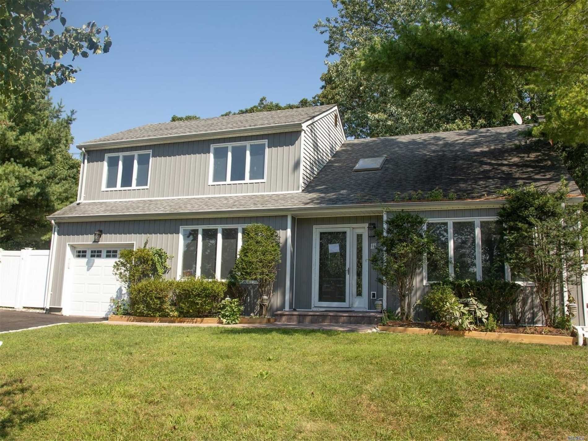 Photo of home for sale at 111 Aspen Rd, Kings Park NY