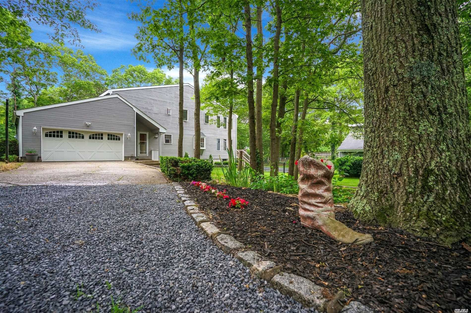 Photo of home for sale at 163 Silas Carter Rd, Manorville NY