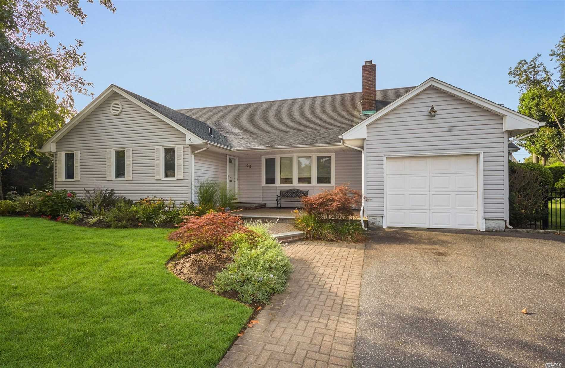 Photo of home for sale at 29 Thompson Dr, East Rockaway NY