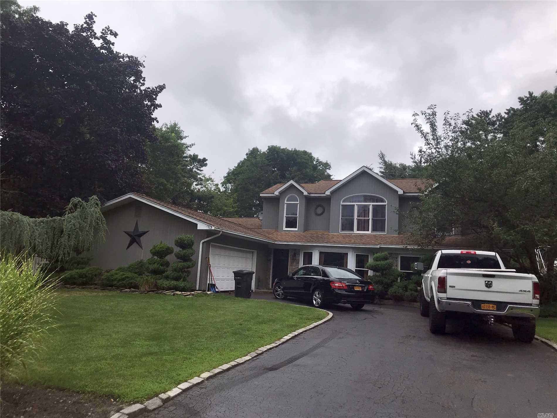Photo of home for sale at 17 Cottage Dr, Farmingville NY