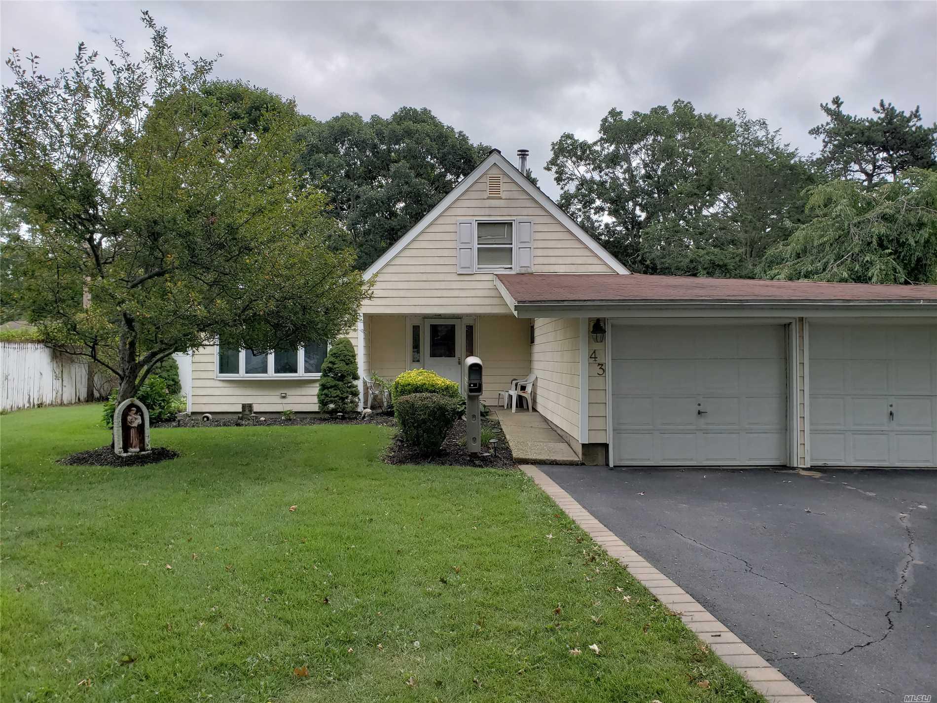 Photo of home for sale at 43 Split Cedar Dr, Islandia NY