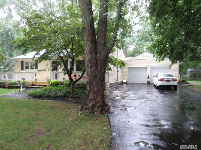 Photo of home for sale at 56 Swezey Ln, Middle Island NY