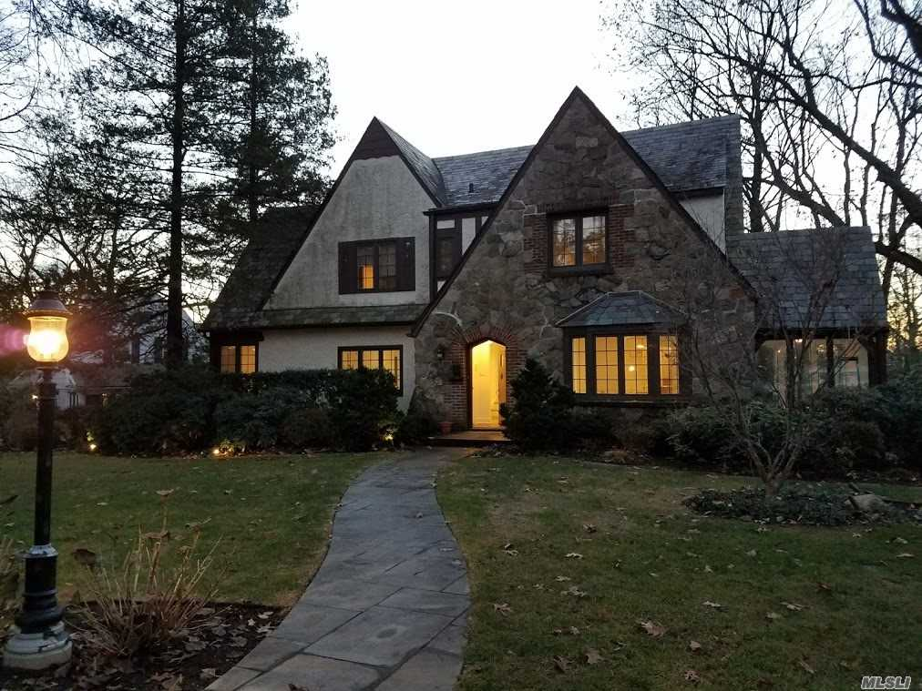 Photo of home for sale at 11 Tulip Dr, Great Neck NY